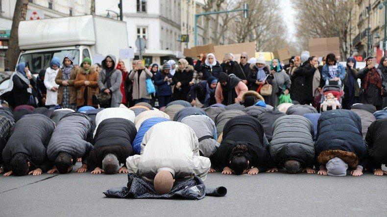 صورة فرنسا تمنع المسلمين من الصلاة في شارع بباريس