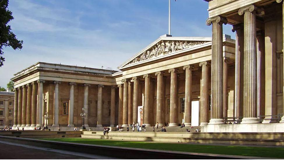 صورة متحف بريطانيا يعيد إلى العراق لوحا سومريا نادرا بعد أن سرق