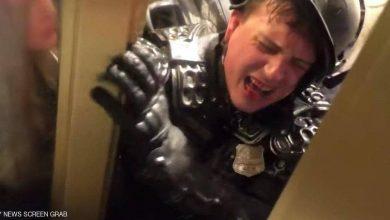 """صورة بالفيديو.. """"سحق"""" ضابط بين دفتي باب في الكونغرس"""