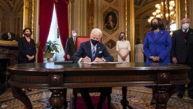 """صورة """"3 ورقات"""".. أول توقيع للرئيس بايدن بعد التنصيب"""