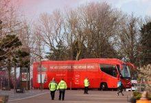 صورة بالصور.. إيقاف حافلة ليفربول المتجهة للملعب من سيارات مجهولة