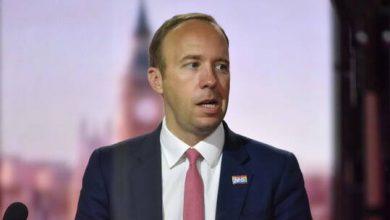 صورة بعد تقبيله مساعدته.. وزير بريطاني يعتذر لخرقه قواعد التباعد الاجتماعي