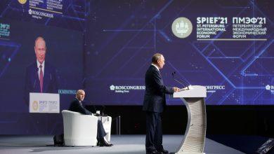 صورة الجلسة العامة لمنتدى بطرسبورغ بمشاركة رئيس روسيا وأمير قطر والمستشار النمساوي
