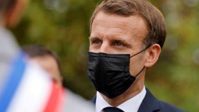 صورة ماكرون ..صفعة في فرنسا وركلات في افريقيا؟!