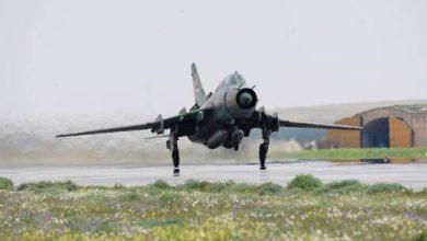 صورة استهداف طائرة عسكرية بنيران المتمردين في نيجيريا وتحطمها