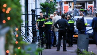 صورة صحيفة: إصابة صحفي هولندي متخصص بتقصي الجرائم جراء إطلاق نار في أمستردام