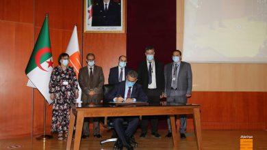 صورة الرئيس المدير العام توفيق حكار يُوقع مدونة أخلاقيات سوناطراك