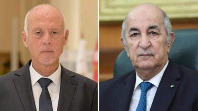 صورة رئيس الجمهورية السيد عبد المجيد تبون يُجري مكالمة هاتفية مع أخيه الرئيس التونسي السيد قيس سعيد
