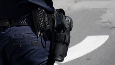 صورة الشرطة الأمريكية تطلق وابلا من الرصاص على مشتبه به مسلح مصاب في شاطئ مكتظ