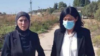 صورة الأسيرة الفلسطينية المحررة خالدة جرار تبكي على قبر ابنتها سهى