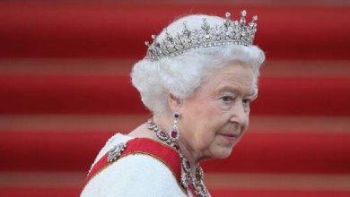 صورة ملكة بريطانيا تظهر لأول مرة على الملأ متكئة على عكاز