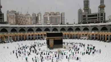 صورة إزالة علامات التباعد الاجتماعي في المسجد الحرام في السعودية بعد فرضها منذ عامين