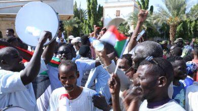 صورة مئات السودانيين يعتصمون في الخرطوم مطالبين بتولي الجيش السلطة