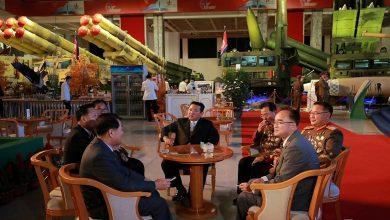 صورة كيم يتفقد أحدث الأسلحة ويشرب بيرة مع جنرالاته